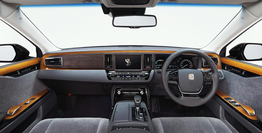 Декор интерьера призван подчёркивать ширину салона. Использованы вставки с рисунком «вереск» и стопроцентная шерстяная обивка. В базовое оснащение входит система безопасности Toyota Safety Sense P.