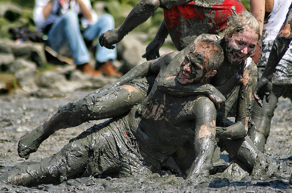 Праздники Бали. Борьба в грязи